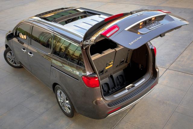 2015 Kia Sedona tailgate open