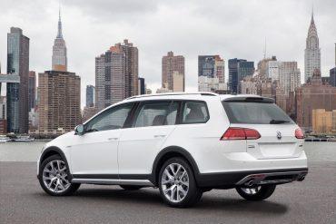 2017 Volkswagen Golf Alltrack white - Image: Volkswagen