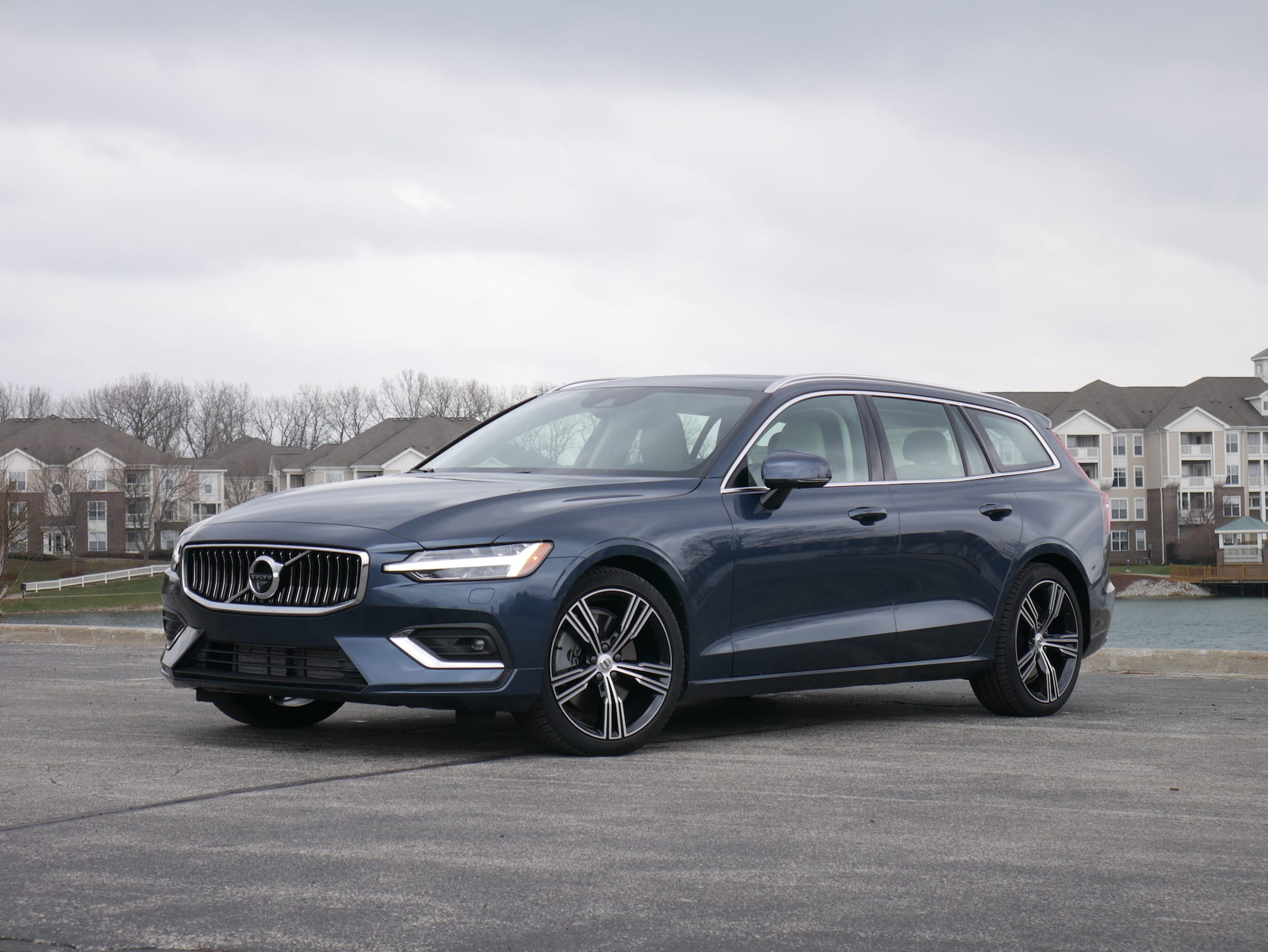 2019 Volvo V60 T6 inscription front three-quarter